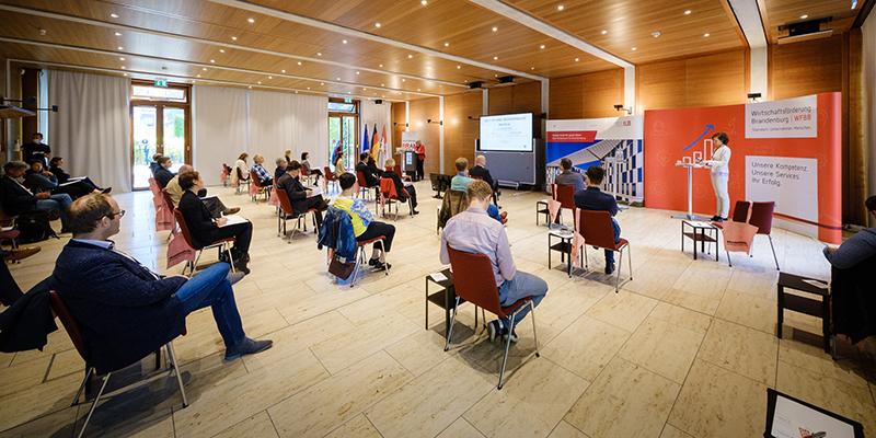 Begrüßung im Saal durch die Bevollmächtigte des Landes Brandenburg, STS'in Jahns-Böhm (©ILB/André Wagenzik)