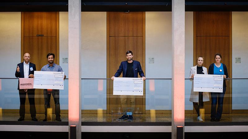 Die Gewinnerteams Smart Streaming Solutions, MeEnergy und MarktKost. (©ILB/André Wagenzik)